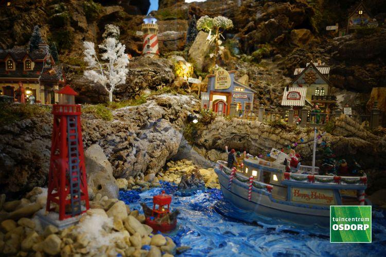 Lemax boot en vuurtoren in de haven van het kerstdorp bij tuincentrum Osdorp