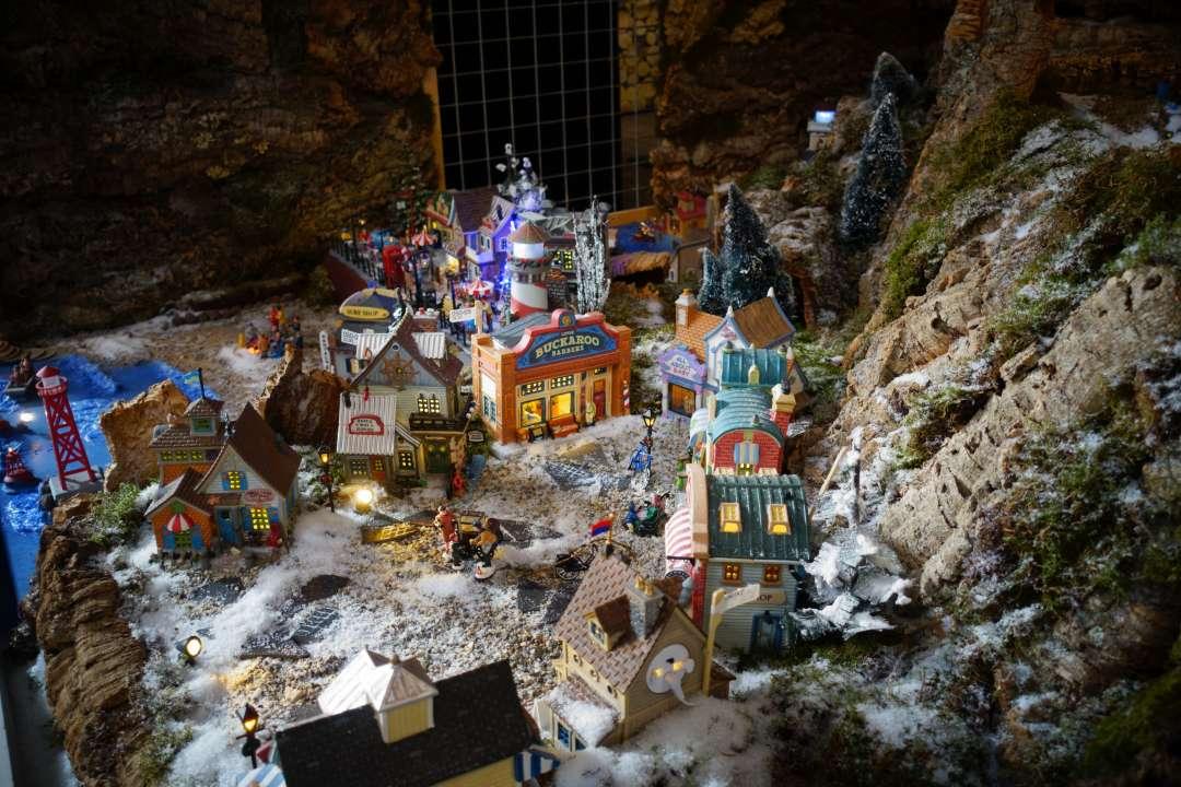 Kerstdorp bergen maken met kurkpaten, mos en kunstsneeuw