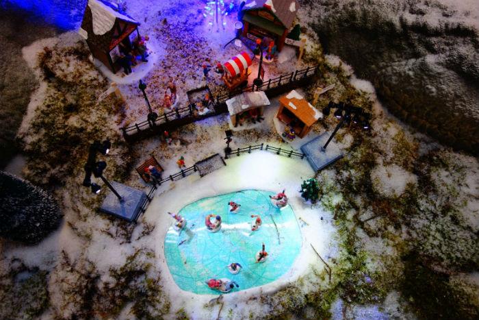 Lemax figuren op schaatsen bij Tuincentrum Osdorp