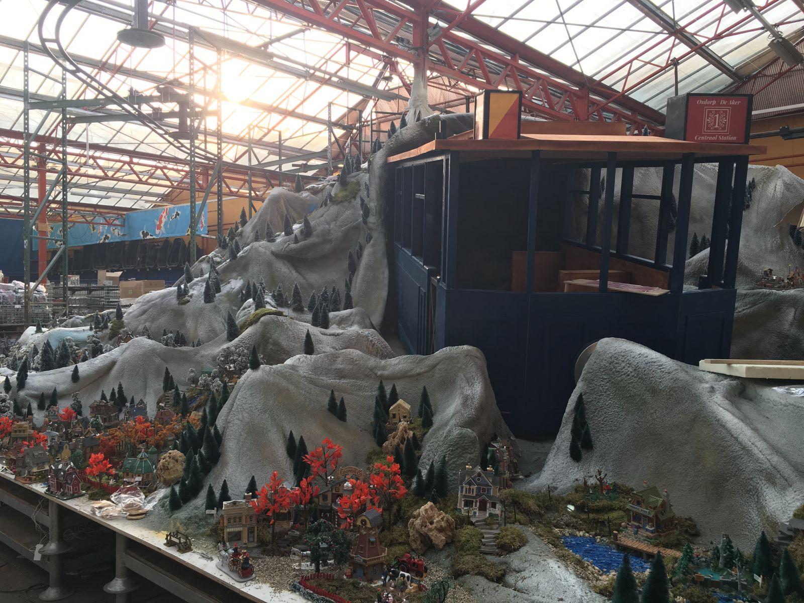 Opbouw kerstdorp met tram tuincentrum osdorp