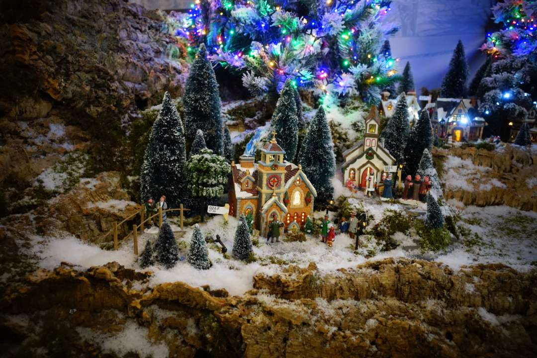 Gebruik mos en kurk bij de opbouw van uw kerstdorp