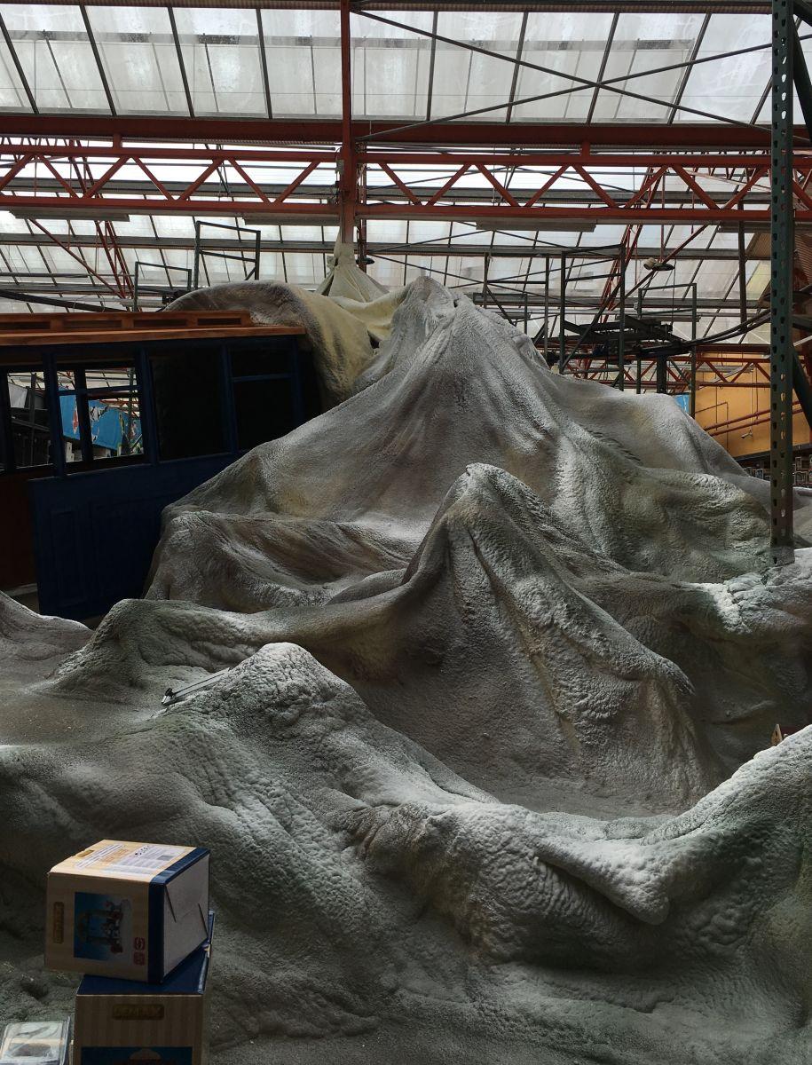 Leeg decor tijdens opbouw kerstdorp tuincentrum Osdorp