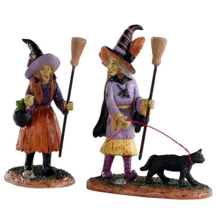 Lemax heksen voor in een miniatuur Halloween dorp