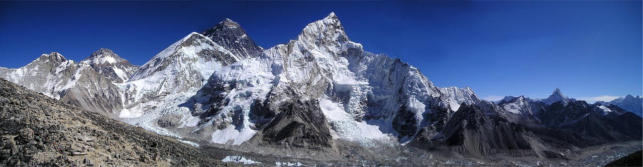 Natuurfoto met bergen als achtergrond voor een kerstdorp gebruiken