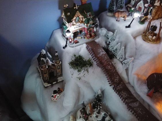 Sneeuw dekens gebruiken tijdens de opbouw van uw kerstdorp