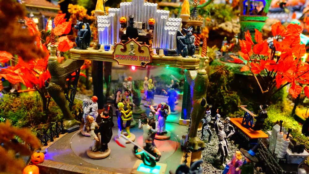 Lemax Spooky Town Monster's Ball Halloween dorp