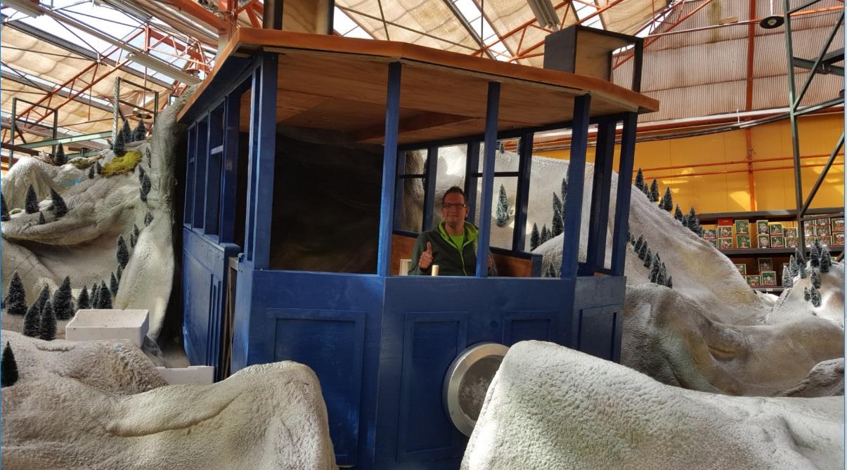Tram in mini-kerstdorp bij tuincentrum osdorp