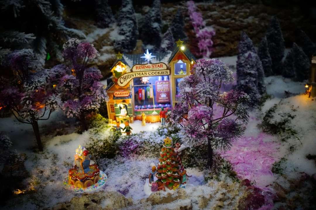 Paarse verlichting in een Lemax miniatuur kerstdorp